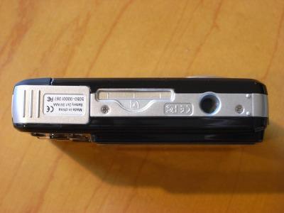 Vivitar ビビカム 5050底面部 左からバッテリ挿入口、SDカード挿入口、三脚接続用ねじ